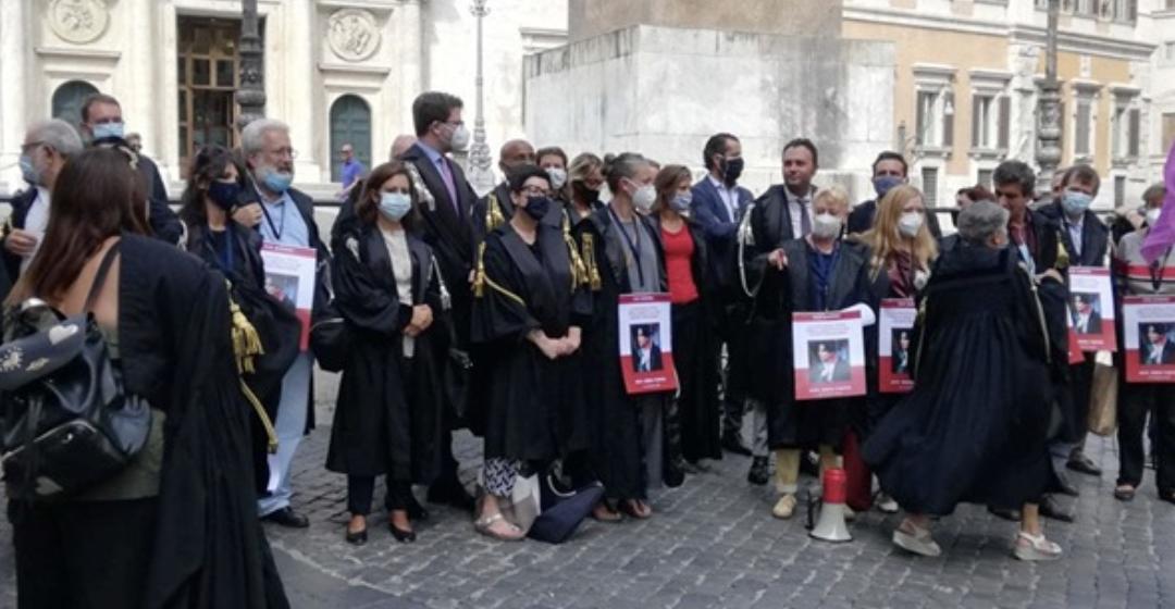 Roma, toghe in piazza Montecitorio per ricordare l'avvocata turca Ebru Timtik